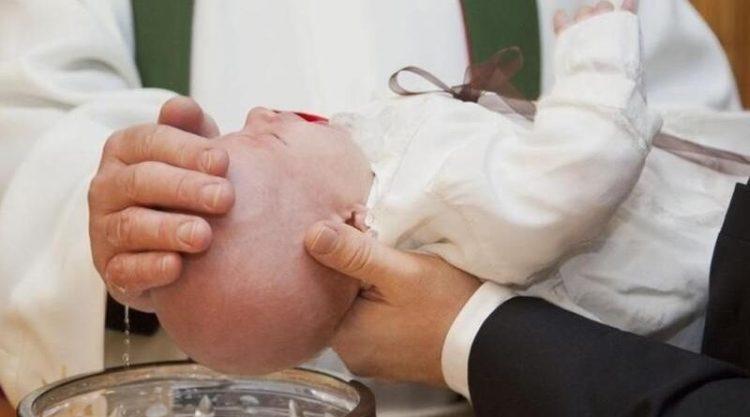 SOSPESA LA PRESENZA DI PADRINI E MADRINE NEL BATTESIMO E NELLA CRESIMA