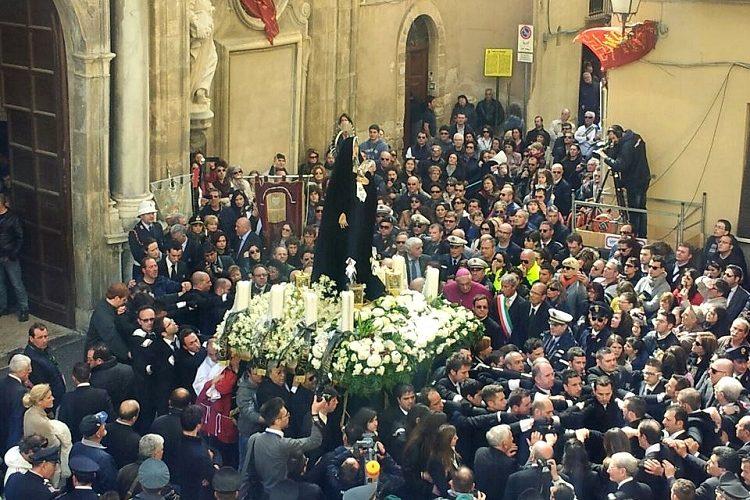 """LA PROCESSIONE DEI """"MISTERI"""": UN POPOLO IN CAMMINO VERSO LA RESURREZIONE"""